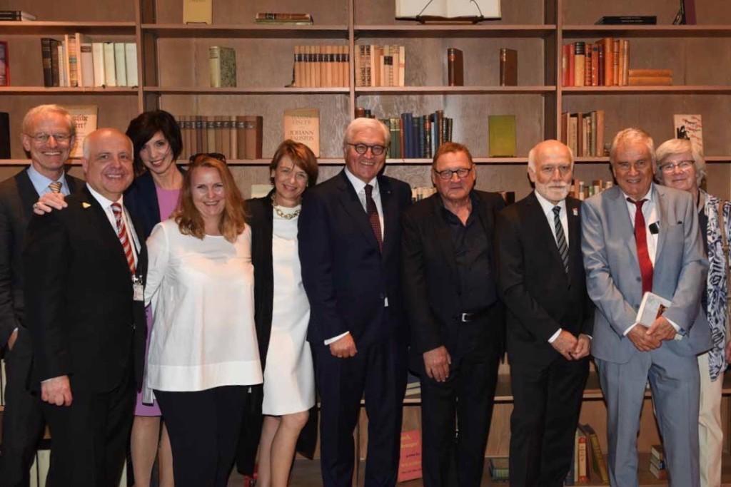 Vorstandsvorsitzernder VATMH Dr.Markus Klimmer mit den zukünftigen Stipendiaten; Bundespräsitent Steinmeier mit Elke Büdenbender, Frido Mann